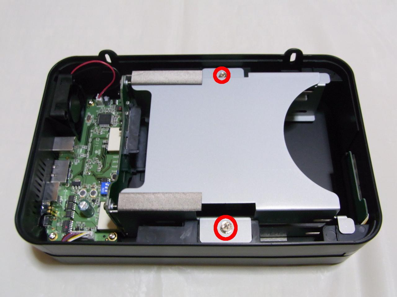 CG-HDC2EUS31-W HDDトレイを固定しているねじをはずす